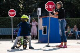 Děti zaviní přes 40 % nehod chodců. Kurzy zdarma je učí, jak se chovat
